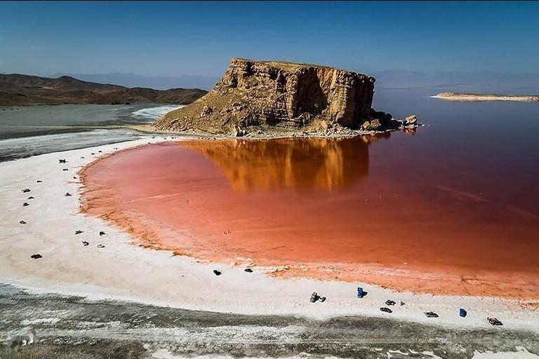 Urmia Lake has a red color when water levels diminish | © خبرگزاری تسنیم / Wikimedia Commons