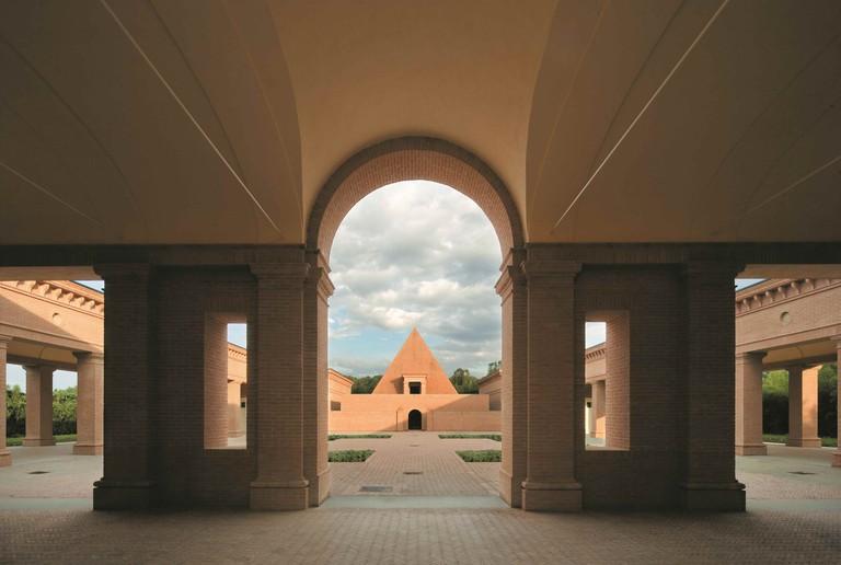 The pyramid in the middle of the labyrinth © Mauro Davoli / Fondazione Franco Maria Ricci