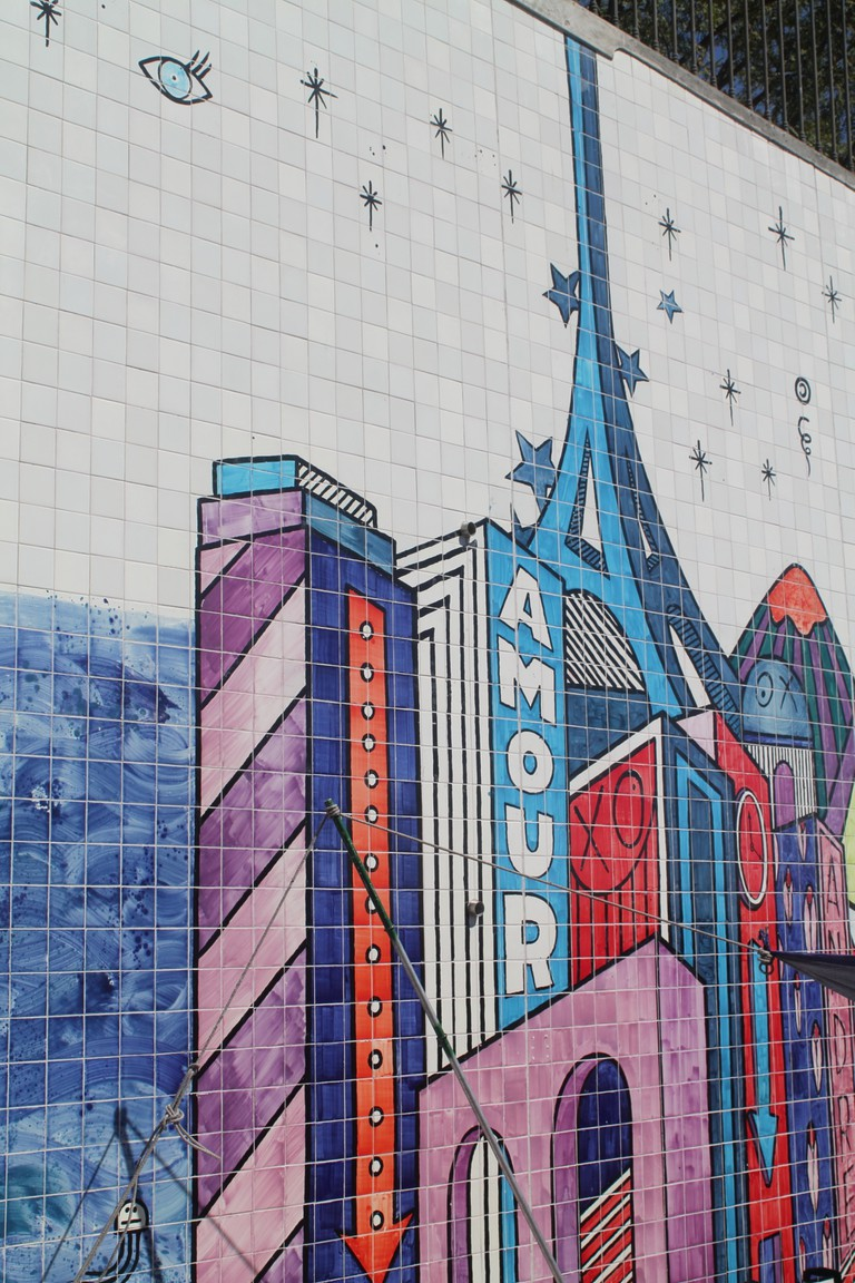 Showing the Eiffel Tower in the urban mural