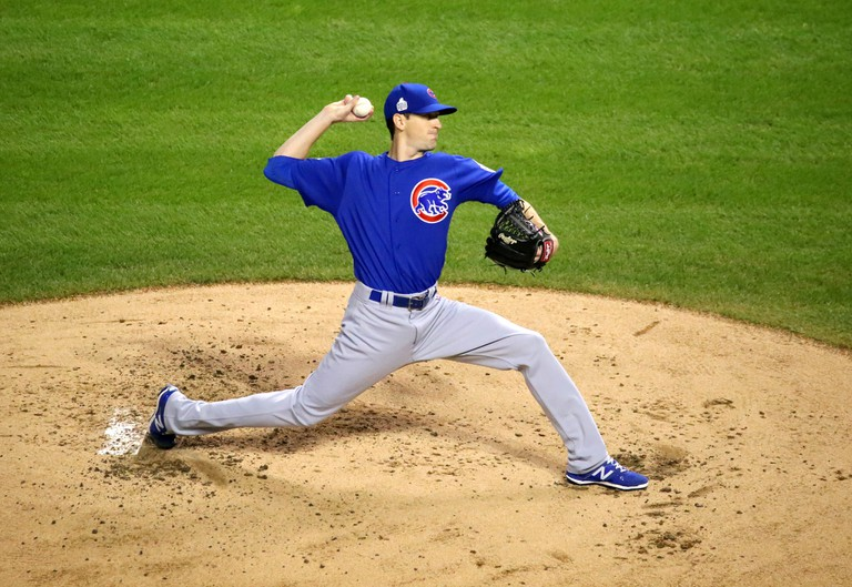 Kyle Hendricks pitching during the 2016 World Series Game 7 | © Arturo Pardavila III/Flickr