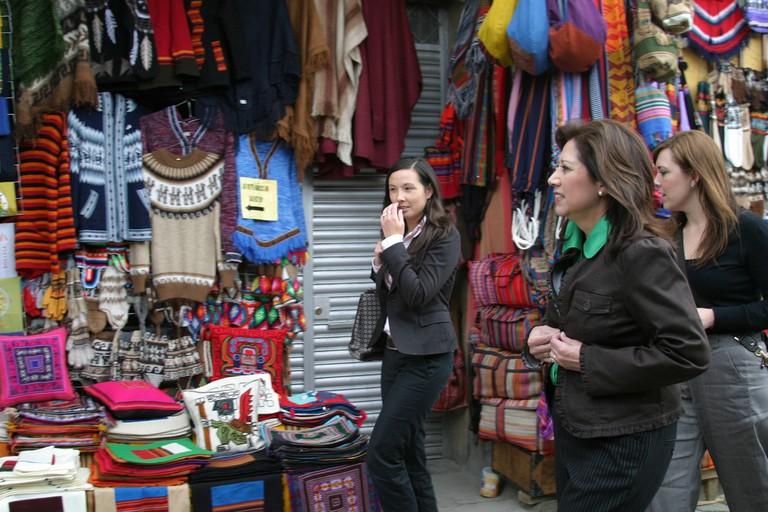 Shopping for Souvenirs  © PROEmbajada de Estados Unidos en Bolivia/Flickr