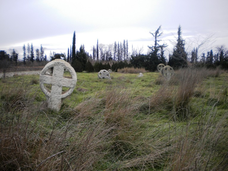 Bogomil crosses in the abandonned cemetery of Nea Chalcedon, Greece | © candiru / Flickr