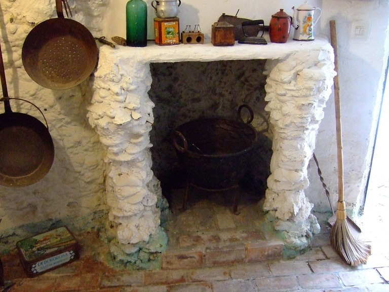 Kitchen in a typical cave dwelling in Sacromonte; Ramallo, pixabay