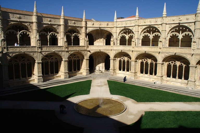 The courtyard of the Jerónimos Monastery