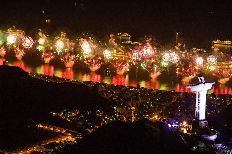 Christ the Redeemer and fireworks |© dhani b|Riotur/Flickr