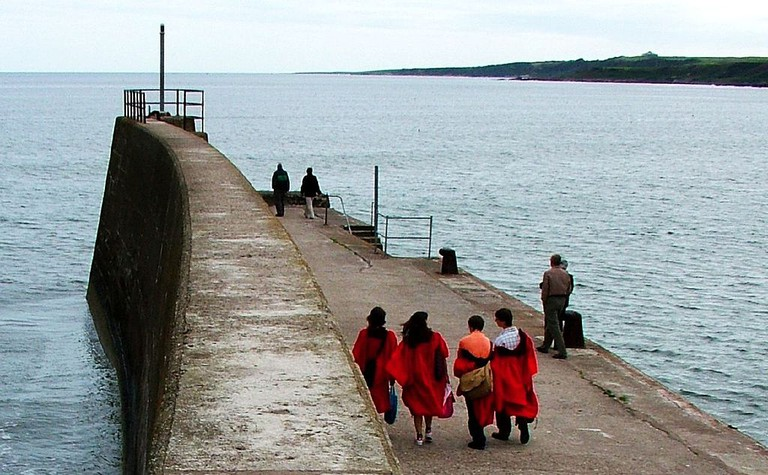 Graduates Talking The St Andrews Pier Walk | © WikiCommons
