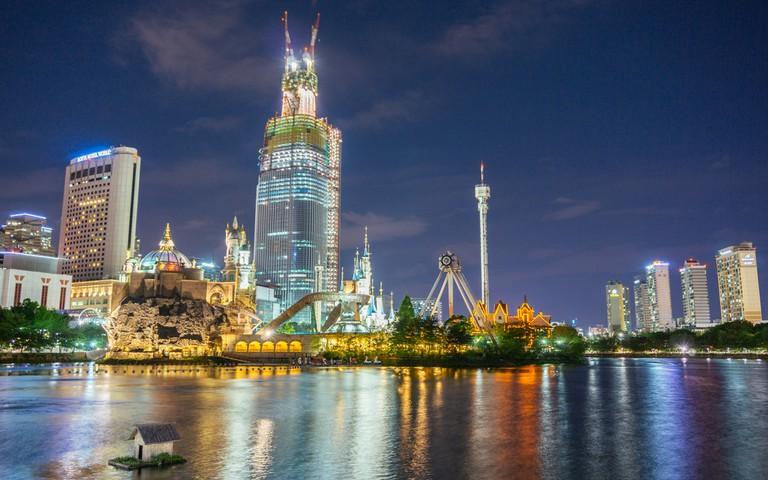 Lotte World lights up Seokchon Lake