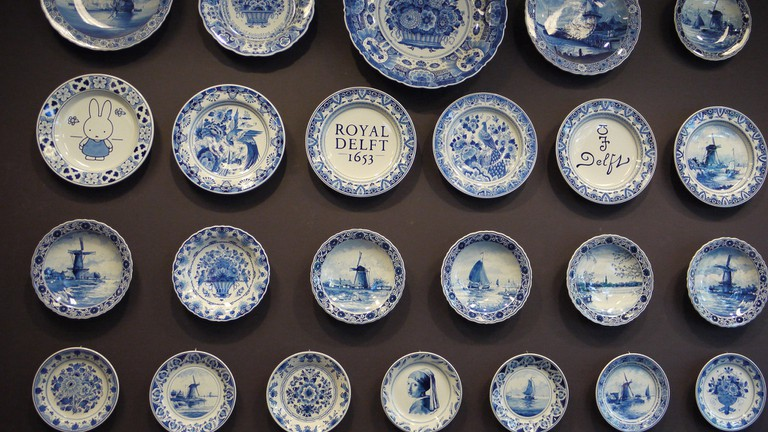 Hand painted delftware plates at Delftse Pauw