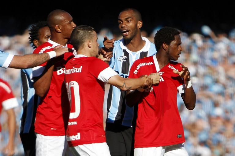 A confrontation between players of Grêmio and Internacional