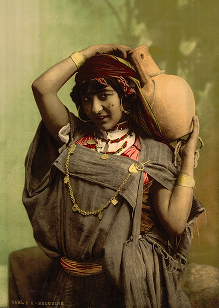 Bedouin woman in Tunisia, 1899 | David Shapinsky / Wikimedia Commons