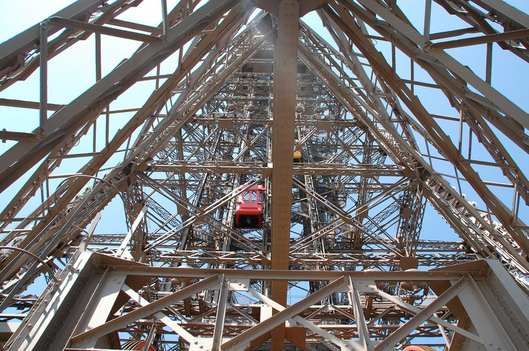 Eiffel Tower elevators │© Aquilatin / Pixabay