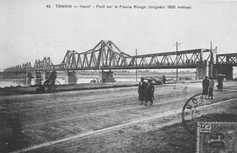 "Long Bien Bridge in Hanoi which was formerly named after Paul Doumer as ""Le pont de Paul Doumer"" (Paul Doumer Bridge)"