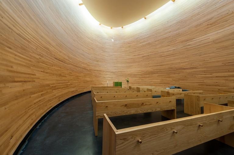 Interior of Kamppi Chapel of Silence / Public domain / Pixabay