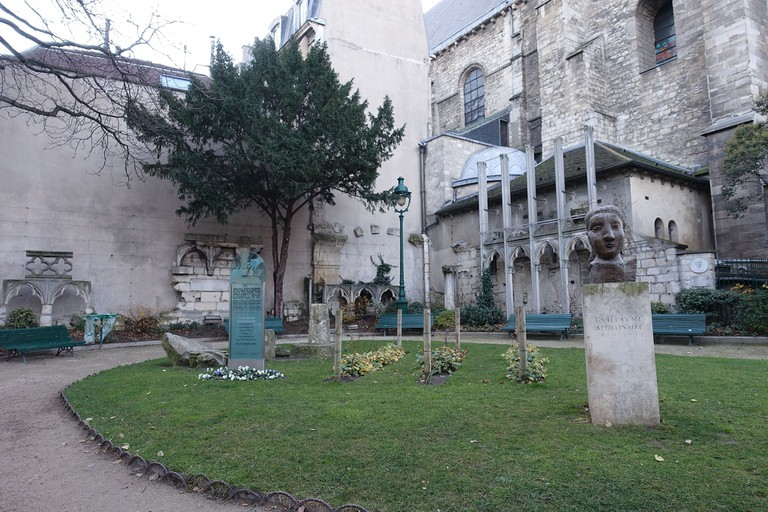 Monument to Apollinaire in Square Laurent-Prache │© Guilhem Vellut / Wikimedia Commons