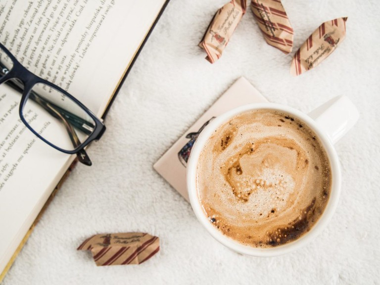 Enjoy books with beverages and baked goods│