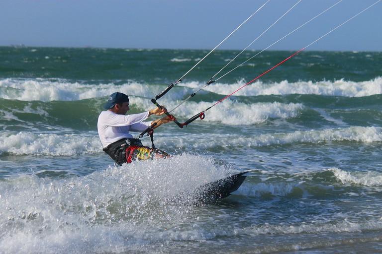 https://pixabay.com/es/kitesurfing-mar-deporte-agua-surf-1621022/