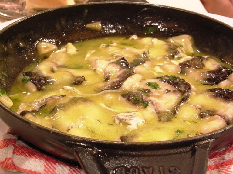kokotxas cod cheeks - Basque cuisine | ©Javier Lastras / Wikimedia Commons