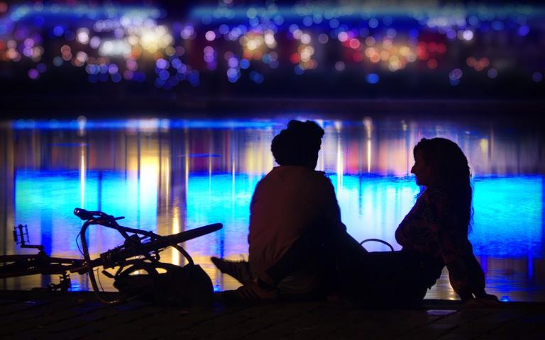 On a date by the Bassin de la Villette │