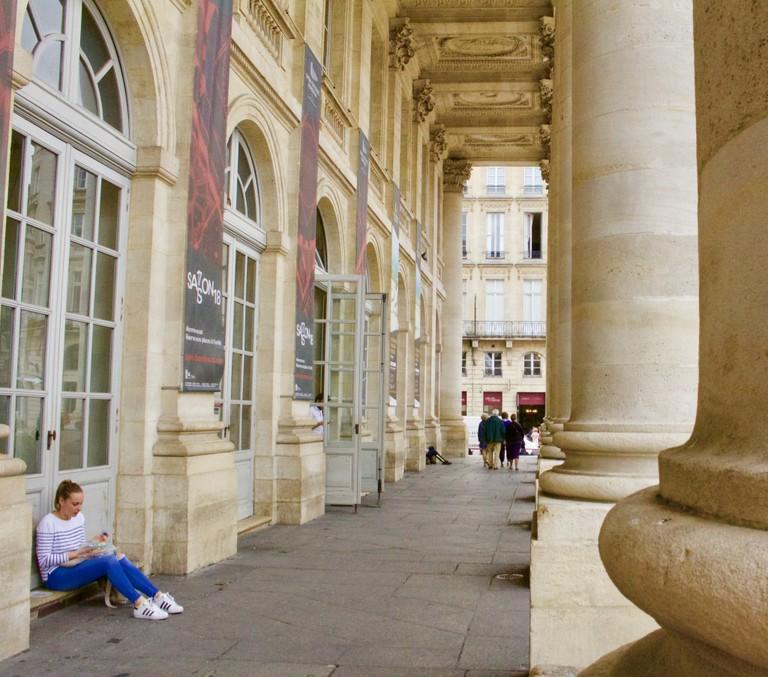 Under the beautiful columns of Bordeaux Grand Théâtre | © Jennifer Migan