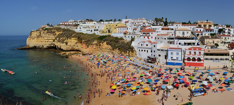 https://commons.wikimedia.org/wiki/File:Praia_de_Carvoreiro_Algarve.jpg