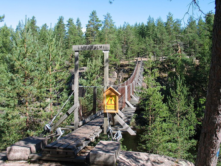 The hanging bridge in Repovesi / dr. eros / WikiCommons