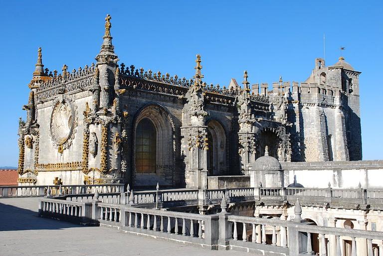 https://commons.wikimedia.org/wiki/File:Tomar_-_Convento_de_Cristo_-_Terra%C3%A7o_da_Cera.jpg