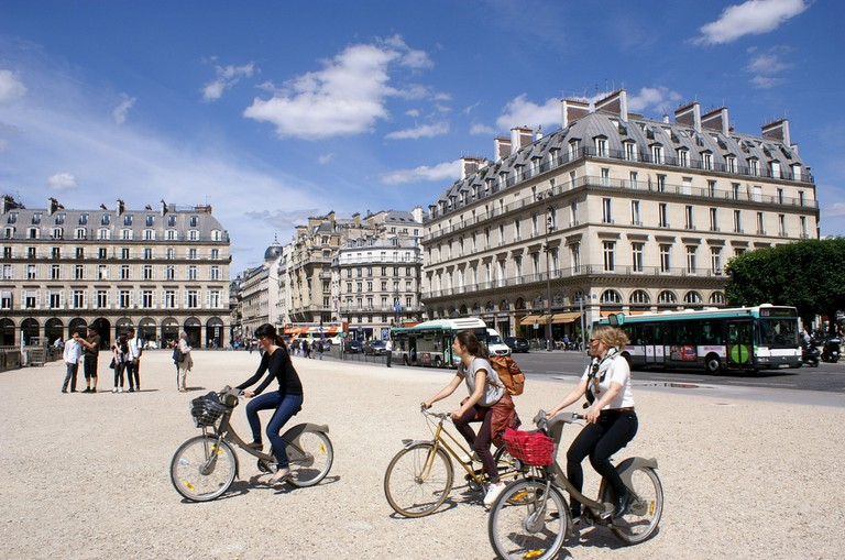 Cyclists at the Place du Carrousel │© dany13 / Flickr