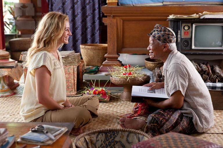 Julia Roberts as Elizabeth Gilbert and Hadi Subiyanto as Ketut Liyer in Eat Pray Love