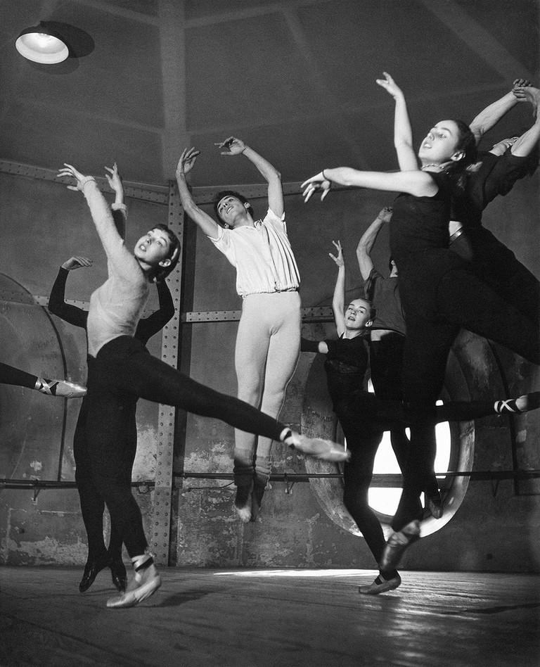 Adagio class in the rotunda at the Opéra de Paris, 1950