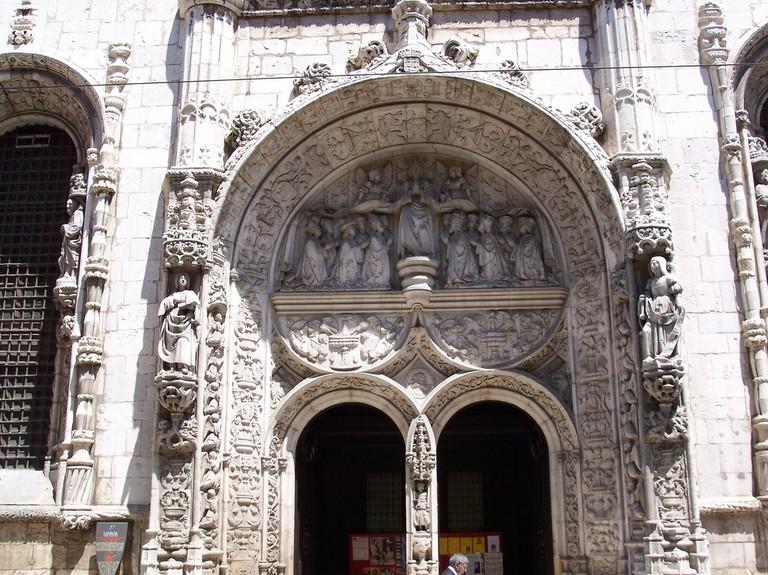 https://commons.wikimedia.org/wiki/File:Porte_de_style_manuelin_lisboa_(1413911884).jpg