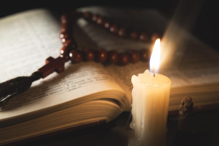 Rosary and Holy Book | © Vladmir Kovalchuk
