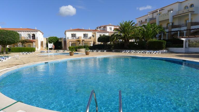 https://pixabay.com/es/piscina-nube-algarve-2259336/