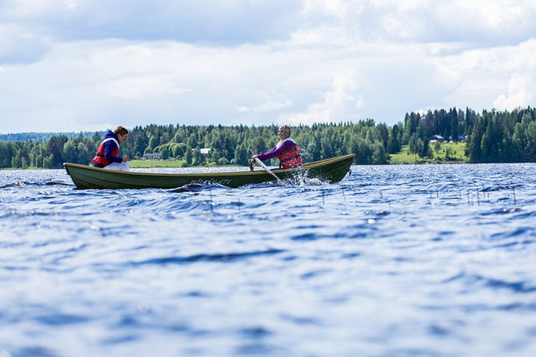 Boating on a Finnish lake | © Visit Lakeland / Flickr