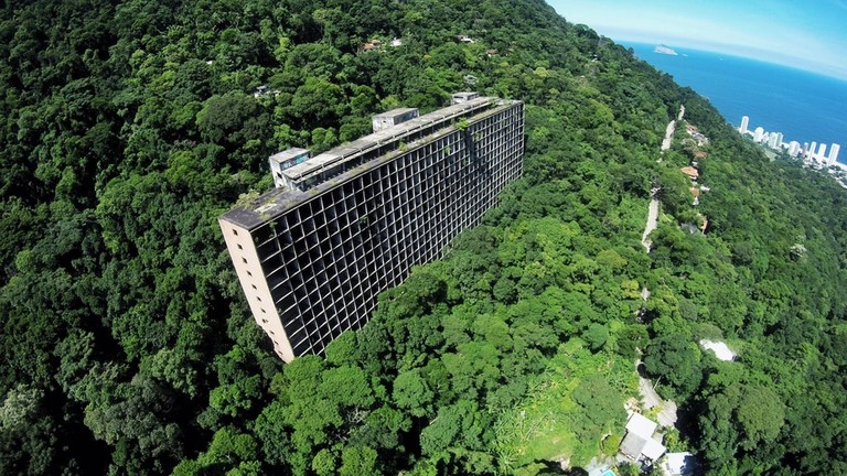 The abandoned hotel in the middle of Tijuca forest | © YouTube image