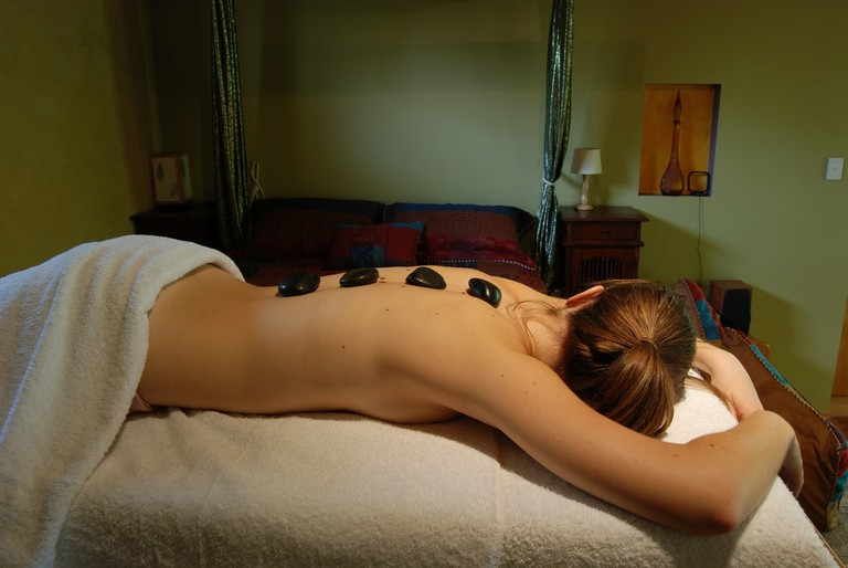 Hot stone massage | © Daniela / Wikimedia Commons