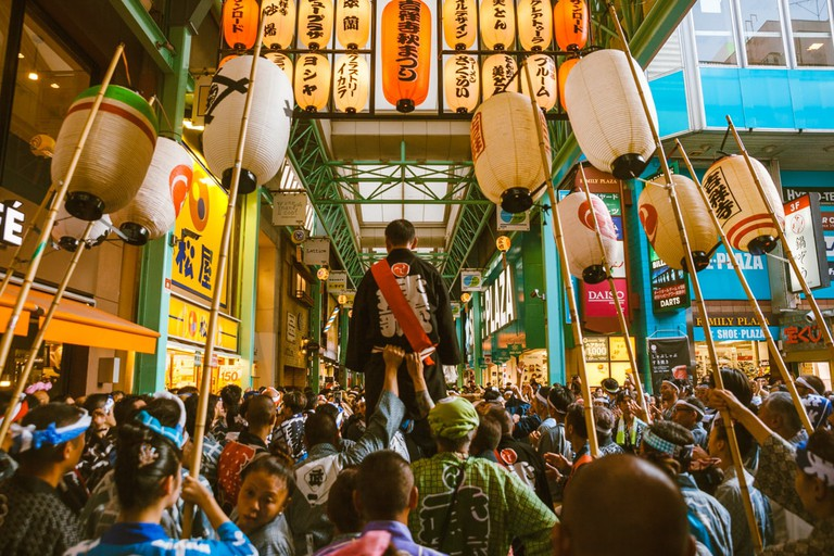 Parading through the backstreets of Kichijoji | Mithila Jariwala / © Culture Trip
