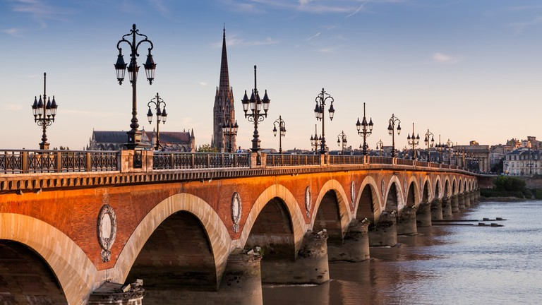 Pont de pierre at sunset in Bordeaux, France | © Oscity/Shutterstock