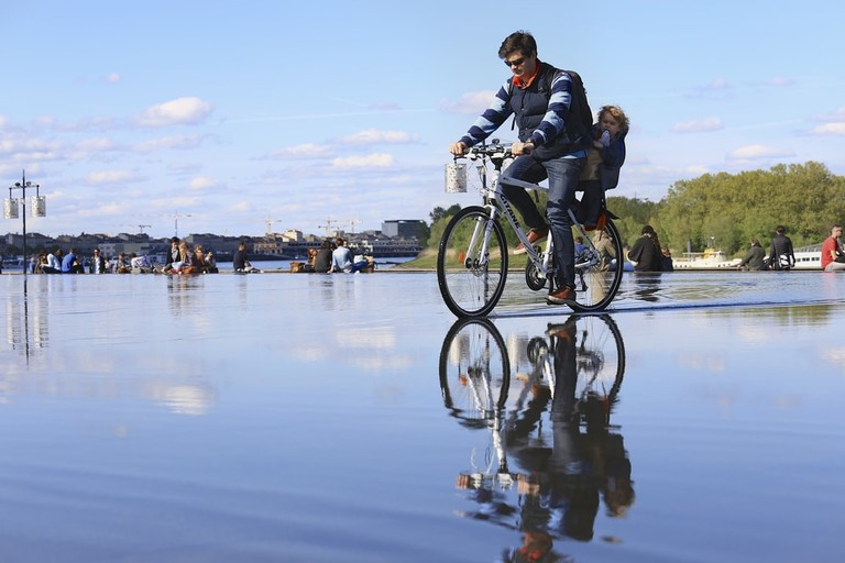 Family cycling in Bordeaux | © Eo naya/Shutterstock
