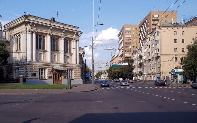 1024px-Moscow,_Bolshaya_Pirogovskaya_4C1,35-35A_Aug_2008_02