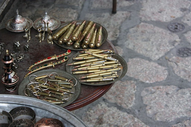 Pens and key chains souvenirs looking like ammunitions | © stanlekub/WikiCommons