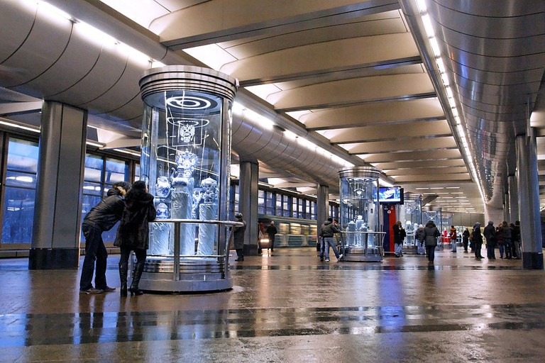 1024px-Vorobyovy_Gory_subway_station_(Moscow_Metro)