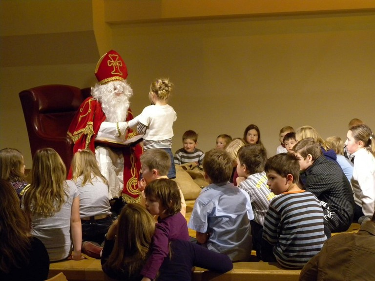 Children meeting with St Nikolaus