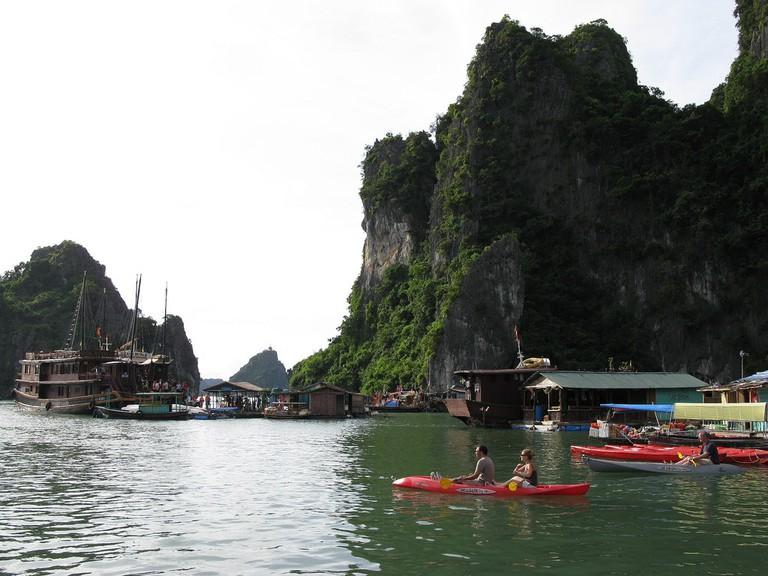 Kayakers in Halong Bay | © Caitriana Nicholson/Flickr