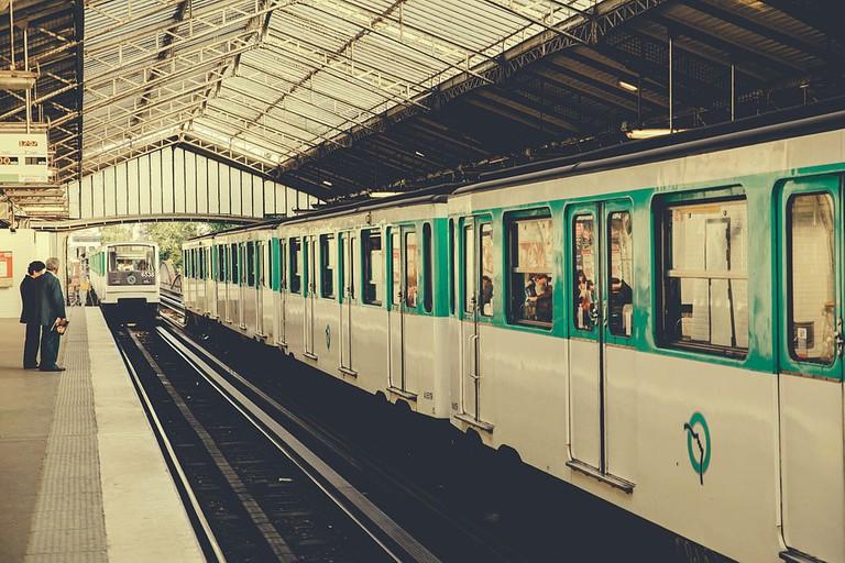 Cambronne_Metro_station,_Paris_September_2013_001