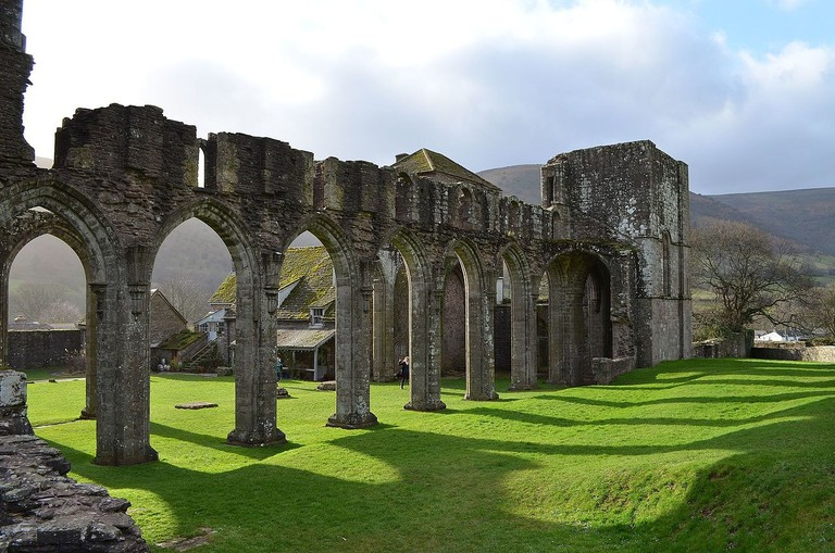 Llanthony_Priory_Ruins_-_Gap_in_the_Clouds_-_panoramio