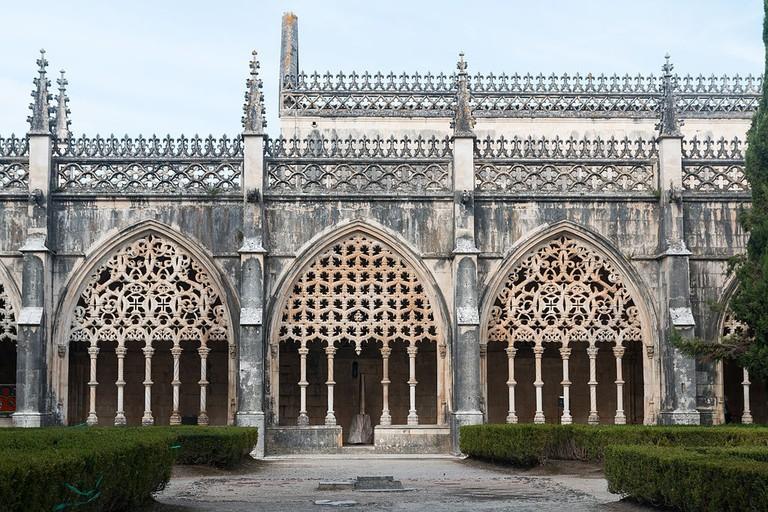 https://commons.wikimedia.org/wiki/File:Mosteiro_da_Batalha-Claustro_Real_VS-20140915.jpg