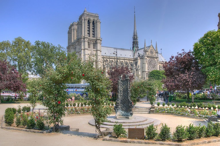 Notre-Dame_de_Paris_-_Square_René_Viviani-Montebello,_Paris_April_23,_2011