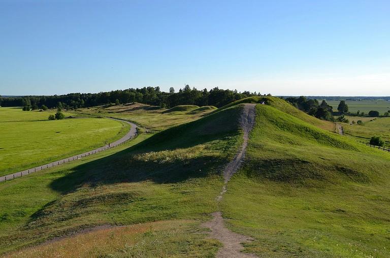 Royal_Mounds_of_Gamla_Uppsala_(by_Pudelek)_02