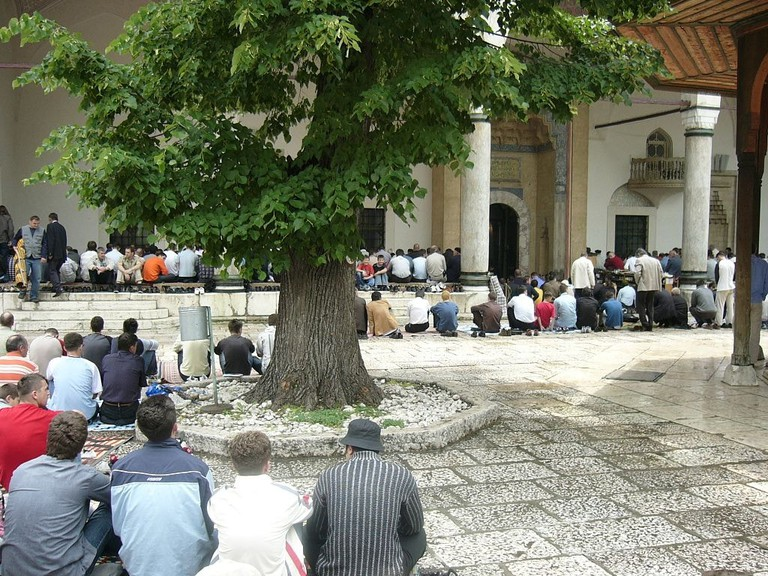 Bosniaks at the Gazi Husrev Beg's Mosque |© Smooth_O/WikiCommons