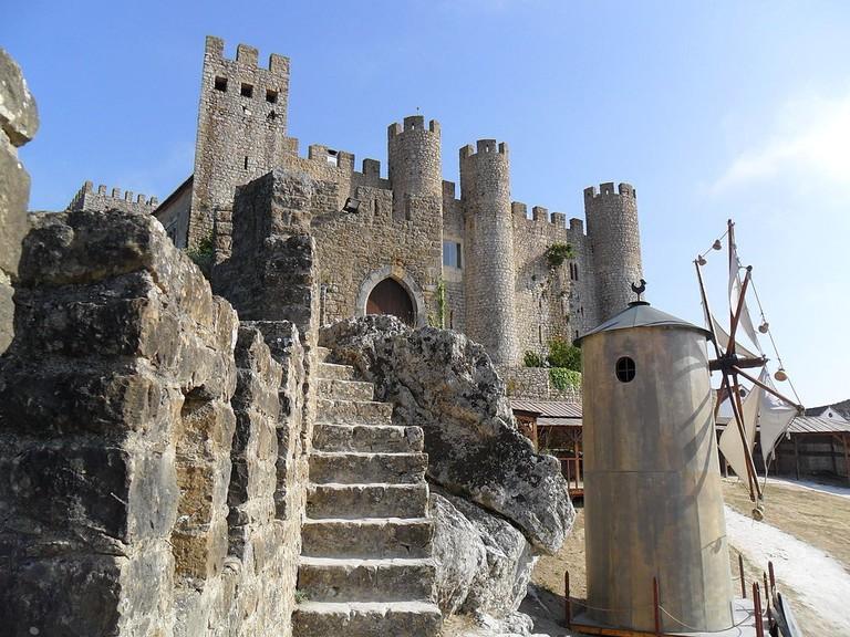 https://commons.wikimedia.org/wiki/File:Castelo_de_%C3%93bidos-exterior_da_Pousada.jpg